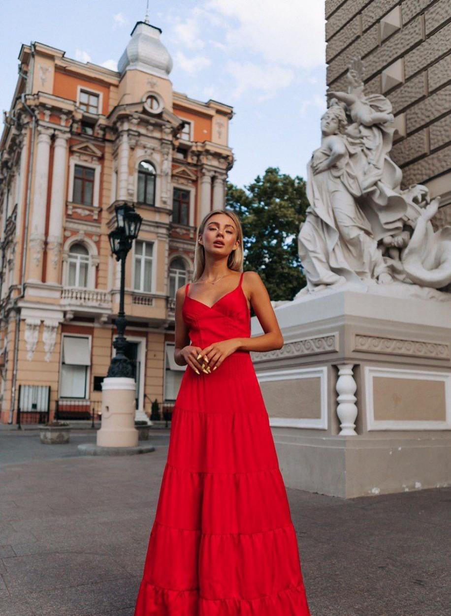 Длинное красное платье на бретелях Богиня