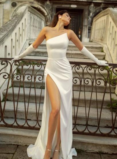 Свадебное платье на одно плечо с разрезом на ноге Rara Avias Jina